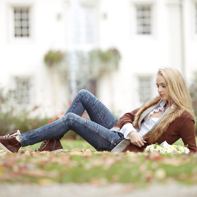 Model Johanna auf der Schlosswiese des Schlosshotels Friedrichsruhe