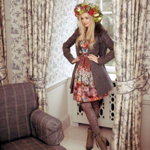 Model Johanna in aktueller Herbstmode, fotografiert in einer Suite des Schlosshotels Friedrichsruhe
